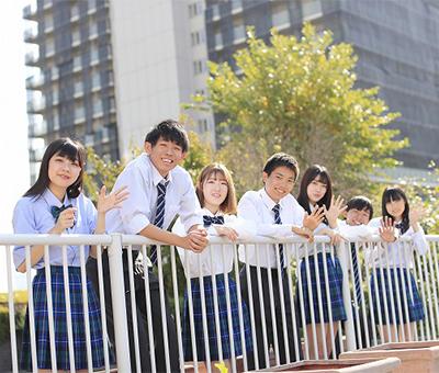 東京の校舎で約8ヶ月間、月曜日から木曜日までの19時から22時10分まで1日3時間の授業をオールイングリッシュで受けるプログラム。